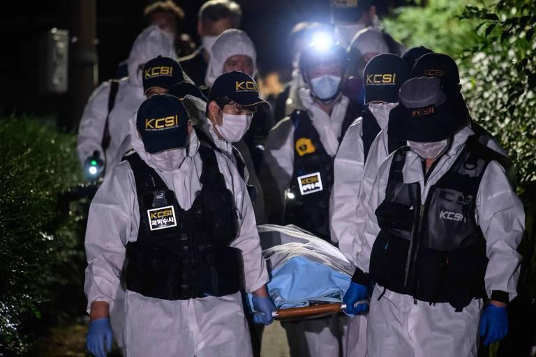 Equipe forense carrega o corpo do prefeito de Seul, Park Won-soon, encontrado após ser notificado como desaparecido