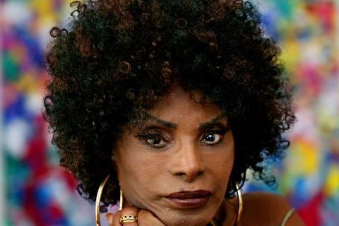 ORG XMIT: 042501_1.tif Música:  A cantora Elza Soares posa para foto em seu apartamento em Copacabana.(Rio de Janeiro (RJ), 24.09.2007. Foto de Ana Carolina Fernandes/Folhapress)