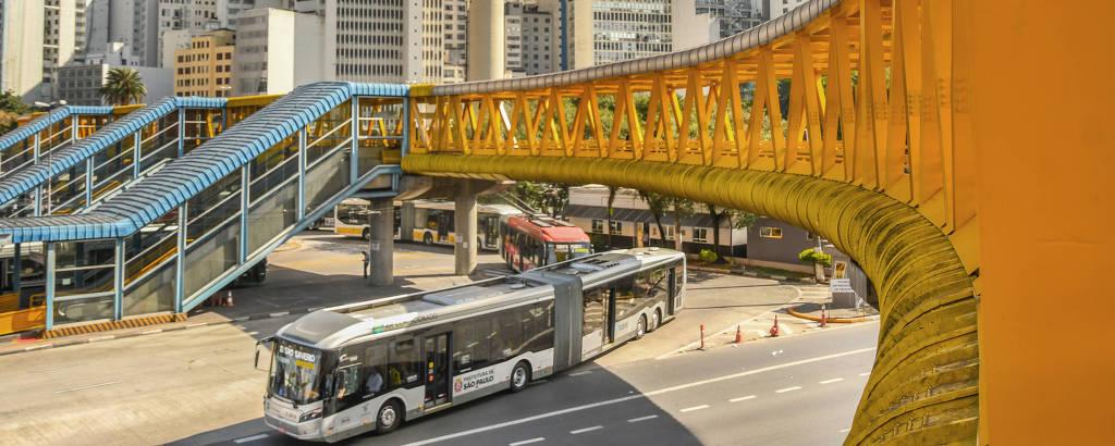 Ônibus articulado no terminal Parque Dom Pedro II, no centro de São Paulo
