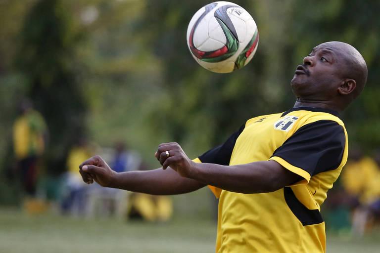 O presidente do Burundi, Pierre Nkurunziza, morto em junho, durante uma partida de futebol com amigos