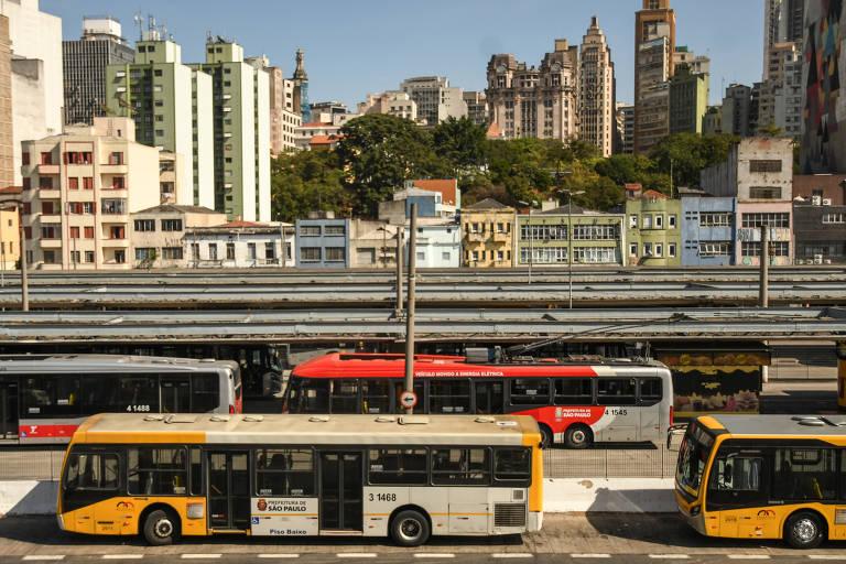 Ônibus estacionados no Terminal Rodoviário Parque Dom Pedro II, na região central de SP