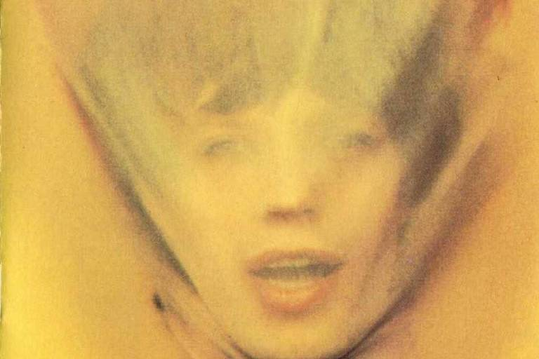 Vocalista com panos amarelo no rosto