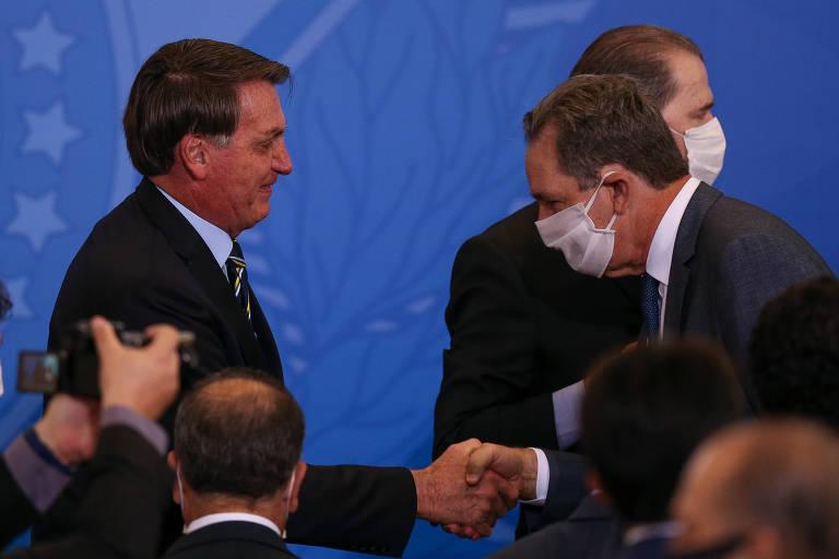 O presidente Jair Bolsonaro cumprimenta o presidente do STJ, João Otávio de Noronha, em cerimônia no Palácio do Planalto