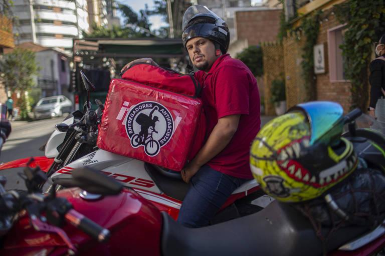 Galo usa bag com símbolo do movimento, que tem 40 lideranças no Brasil e braços em outros países da América Latina