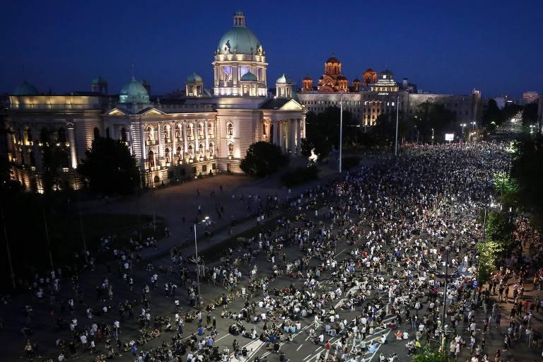 Manifestante fazem protesto pacífico em Belgrado, na frente do Parlamento da Sérvia