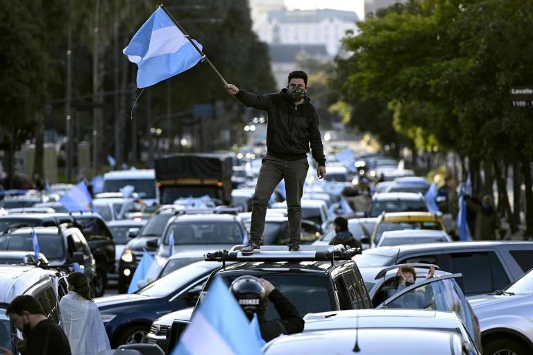 Manifestante com bandeira da Argentina protesta contra governo de Alberto Fernández em Buenos Aires