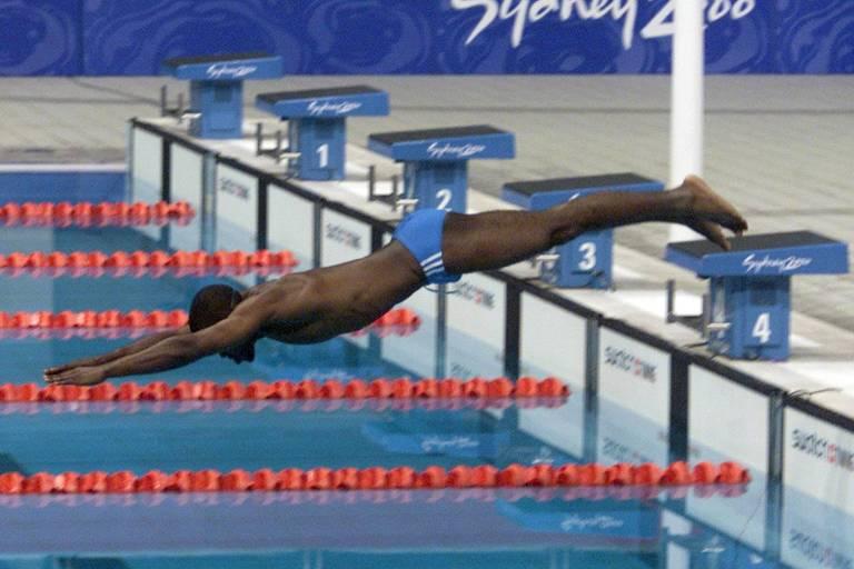 Eric Moussambani, da Guiné Equatorial, mergulha sozinho para disputar a prova classificatória dos 100 m livre