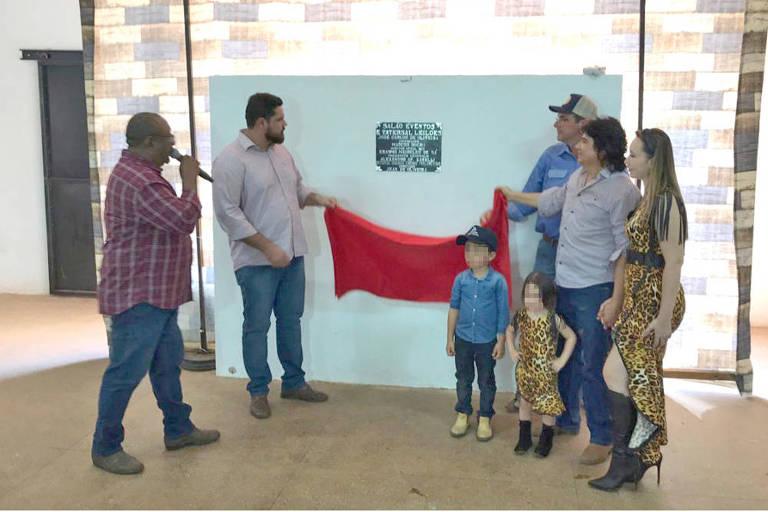 Jean Oliveira (à esq., de barba e camisa cinza) descerra placa de inauguração de área para leilão de gado junto com o empresário Alexsandro Zarelli (de boné), em Alta Floresta d'Oeste