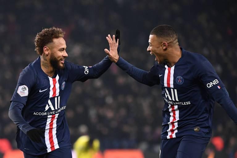 Neymar e Mbappé se cumprimentam com as mãos espalmadas em jogo do PSG