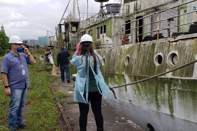 Atracado desde 2008 no porto de Santos, o navio Professor W. Besnard apresenta estado crítico de conservação e corre riscos de afundar