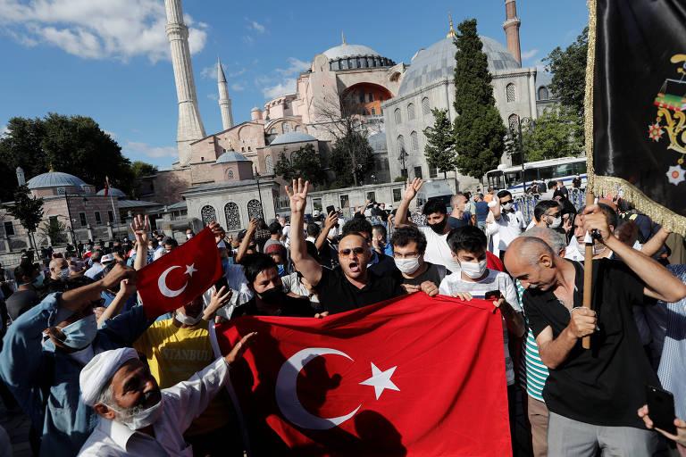 Turcos celebram a retomada de Hagia Sophia como uma mesquita, nesta sexta em Istambul