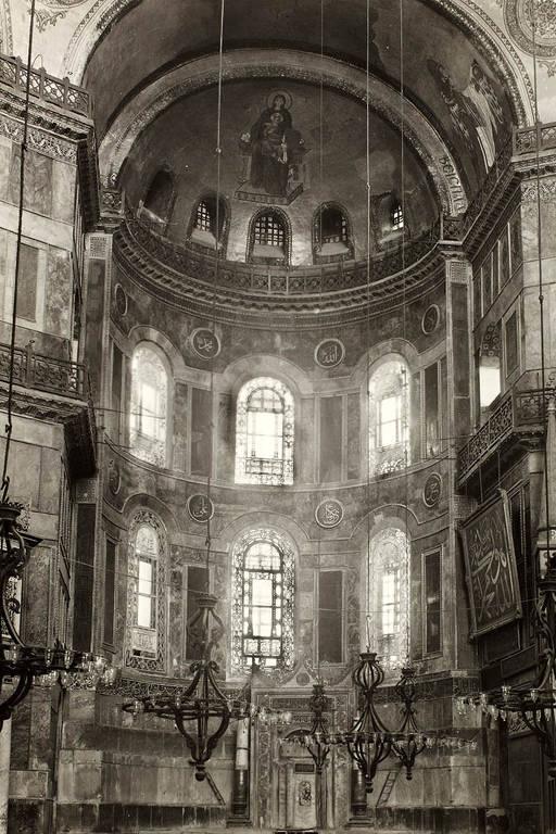 Imagem de 1935, ano em que a Hagia Sophia foi convertida em mesquita, mostra o interior do prédio antes da instalação dos escudos