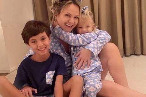 Eliana abraça a sua família após coronavírus