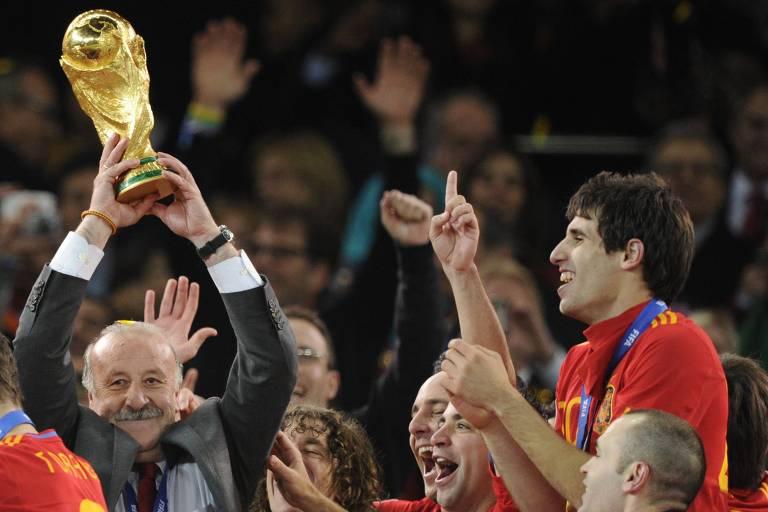 Vicente Del Bosque levanta a taça de campeão mundial na África do Sul