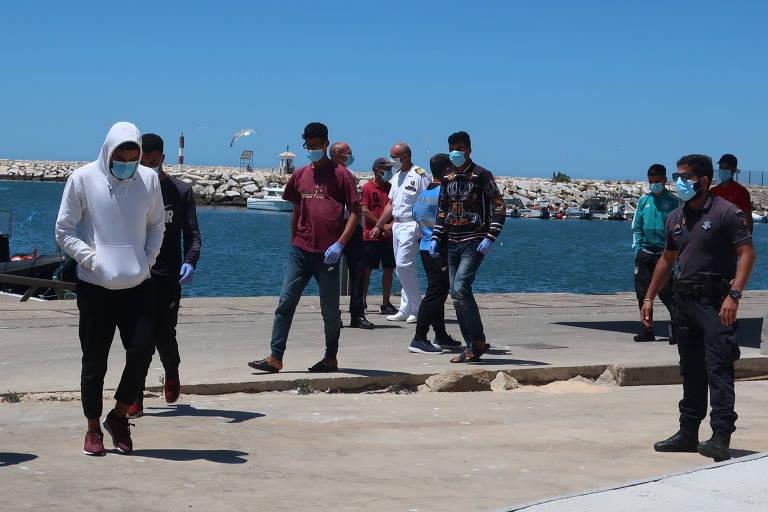 Grupo de 22 migrantes do Norte da África interceptado em um barco em uma praia de Quarteira, no sul de Portugal