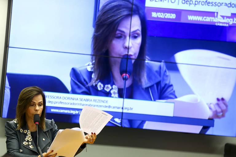 A deputada Professora Dorinha (DEM-TO) lê o relatório da proposta de emenda à Constituição que torna permanente o Fundeb