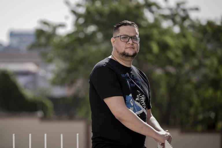 O analista de sistemas Flávio Antônio Severino, 38, em sua casa, na Vila Prudente, zona leste de São Paulo