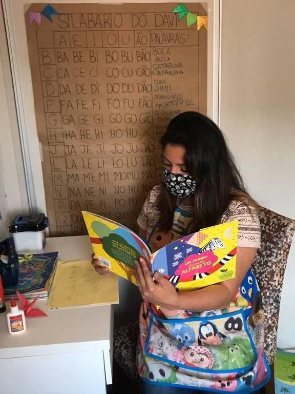 Gislene Santos dá aula particular na casa de 5 crianças durante a pandemia