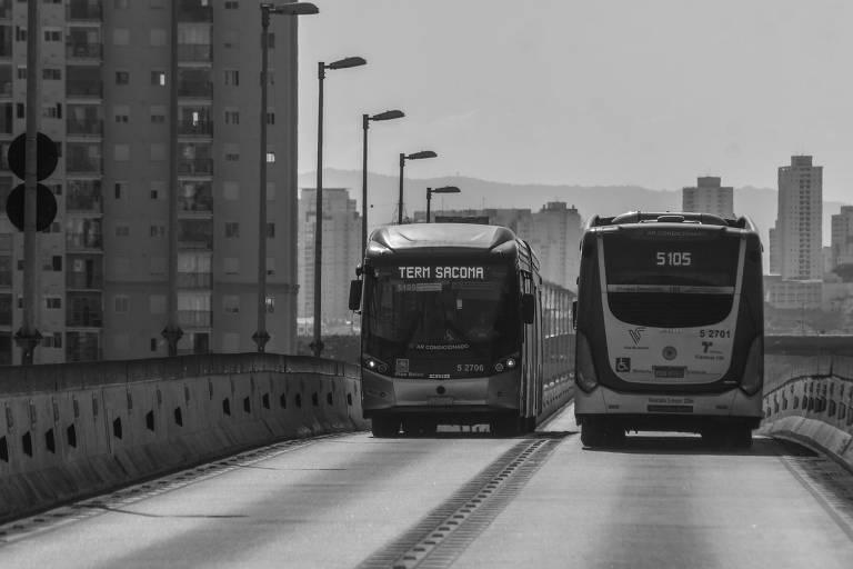 Ônibus se cruzam em São Paulo