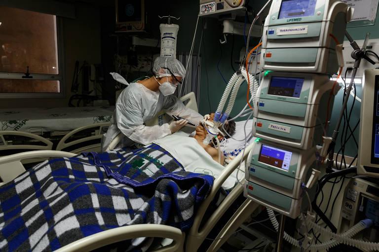 Paciente internado na UTI para tratamento da Covid-19 no Hospital do Servidor Público Estadual de São Paulo