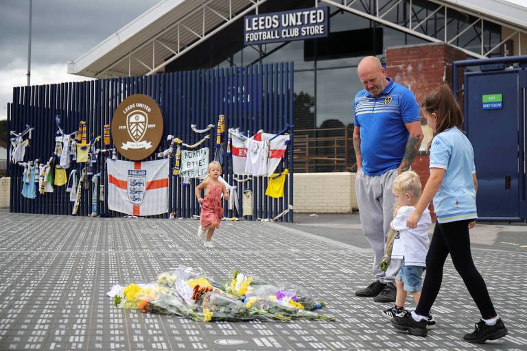 Família de torcedores do Leeds homenageia com flores deixadas na porta de Elland Road, estádio do clube
