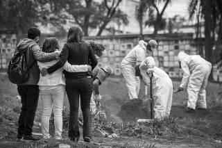 ***ATENCAO Especial para SABADO FOLHA*** Familiares acompanham sepultamento  - morte por razao de suspeita do coranavirus- no cemiterio da Vila Formosa. Neste sabado dia 17, completam dois meses da primeira morte vitima do coronavirus no pais (em Sao Paulo)
