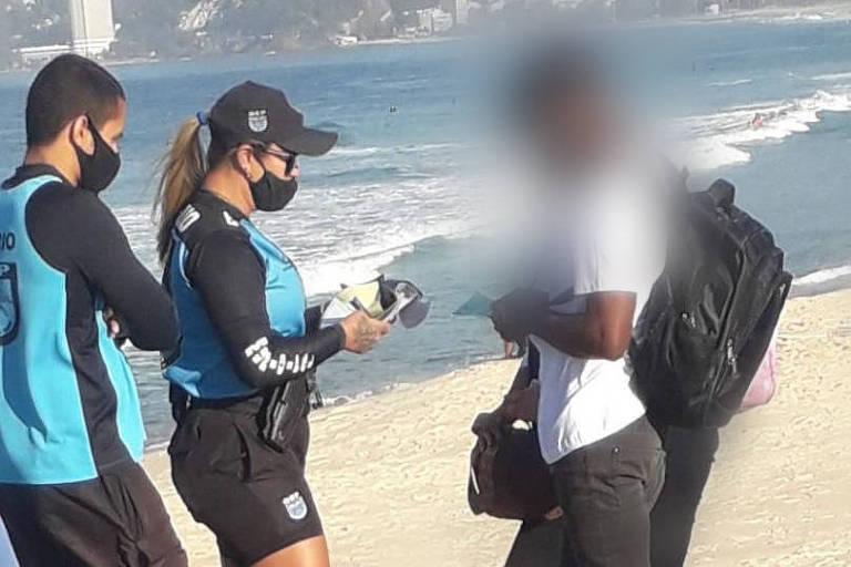 Guarda Municipal do Rio aborda pessoas na praia e no calçadão do Rio