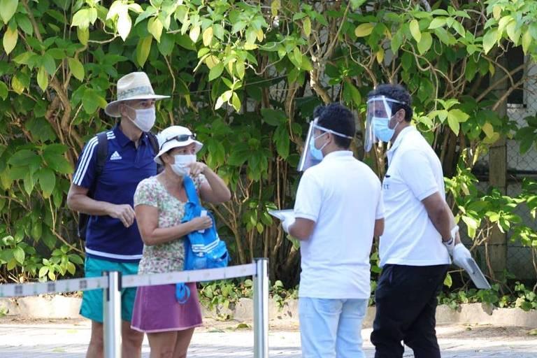 Visitantes no Jardim Botânico, no Rio, neste sábado (11)
