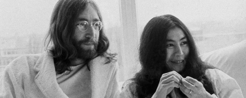 John Lennon ao lado de Yoko Ono