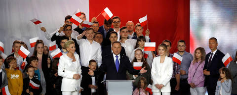 Polish President and presidential candidate of the Law and Justice (PiS) party Andrzej Duda speaks next to his?wife?Agata Kornhauser-Duda and their daughter Kinga Duda after the announcement of the first exit poll results on the second round of the presidential election in Pultusk, Poland, July 12, 2020. REUTERS/Kacper Pempel ORG XMIT: GDN