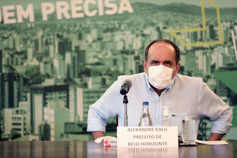 Prefeito Alexandre Kalil usando máscara branca durante entrevista coletiva sobre as medidas de combate ao Coronavírus