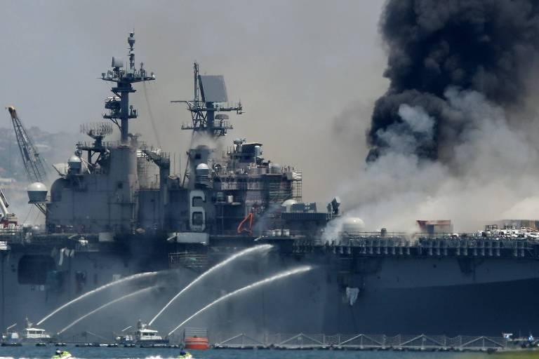 Incêndio no navio USS Bonhomme Richard, na base de San Diego, na Califórnia