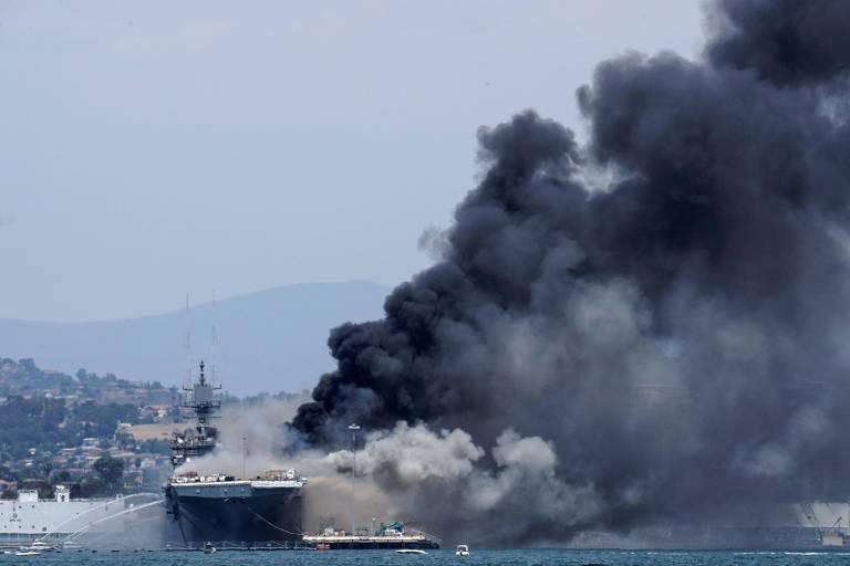 Bombeiros tentam conter incêndio no navio americano U.S.S. Bonhomme Richard, em San Diego