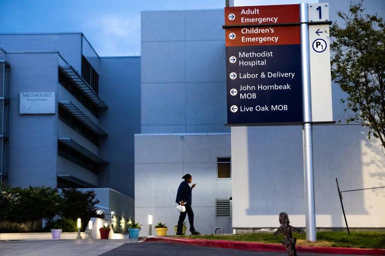 Funcionário chega ao Hospital Metodista em San Atonio, no Texas