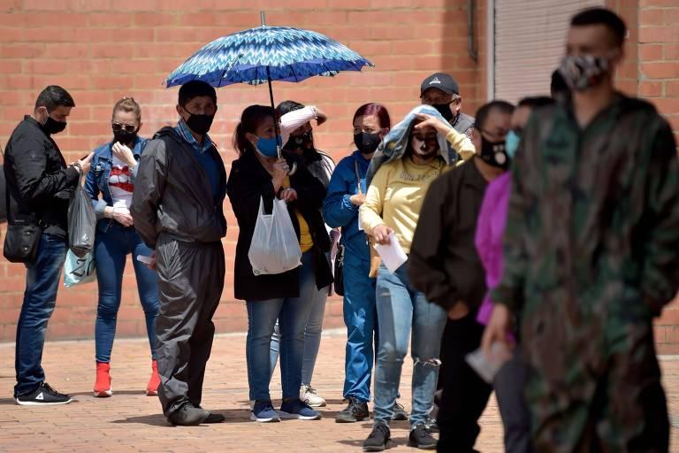 Pessoas esperam em fila para realizar testes de detecção da Covid-19 em Bogotá