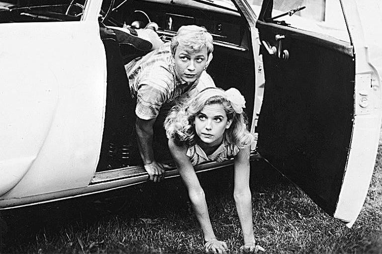 """Os atores Doug Mckeon (esquerda) e Kelly Preston (à direita) em cena de """"A Primeira transa de Jonathan"""", em 1985"""