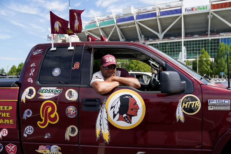 Fã dos Redskins em carro cheio de adesivos com o símbolo da equipe