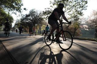 Reabertura dos parques em Sao Paulo. As 07h15 da manha, pessoas se exercitam no parque do Ibirapuera