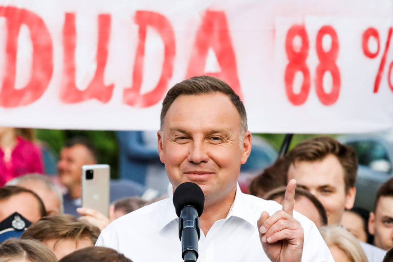 O presidente polonês, Andrzej Duda, comemora a vitória na eleição durante evento em durante evento em Odrzywol