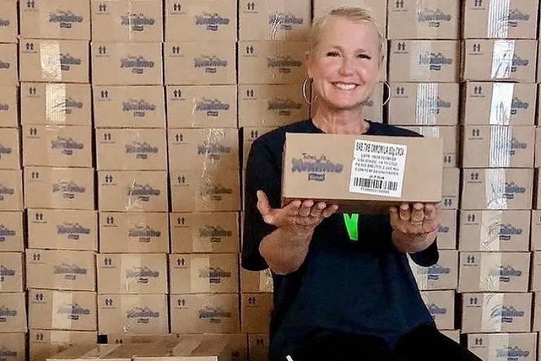 A apresentadora Xuxa em campanha de doações de produtos de higiene