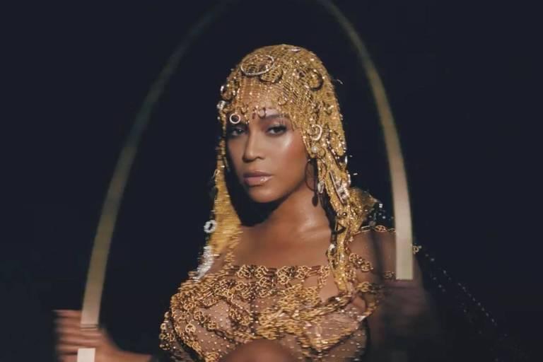 Retrato de Beyoncé, que usa vestimenta dourada, em um fundo preto