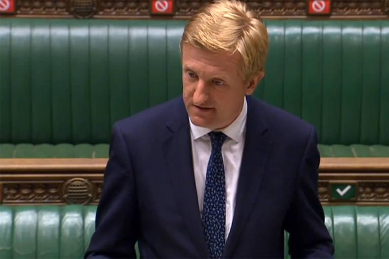Imagem de vídeo mostra o secretário Dowden anunciando o banimento da Huawei ao Parlamento