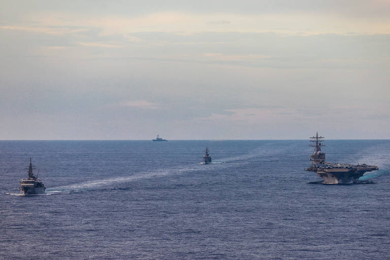 O porta-aviões USS Ronald Reagan treina no mar do Sul da China com dois navios japoneses, em julho