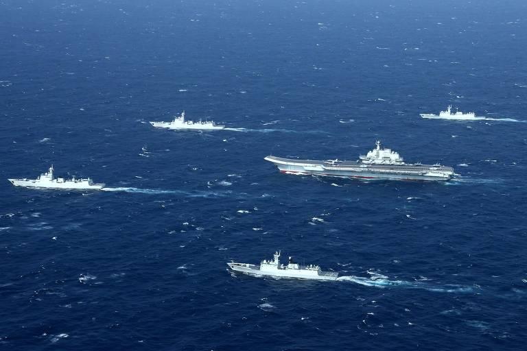 O porta-aviões chinês Liaoning (centro) em exercício no mar do Sul da China, em 2017