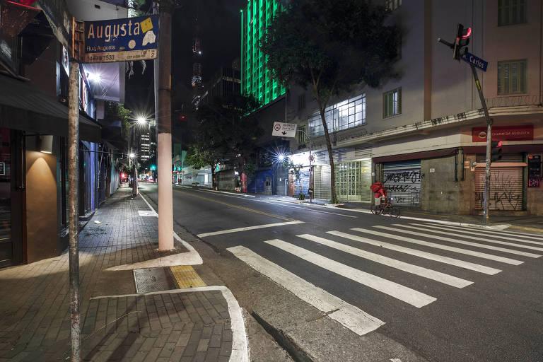 Esquina da rua Augusta com rua Antônio Carlos quase sem movimento em uma noite de março de 2020