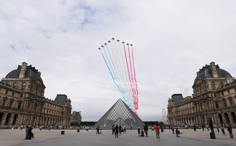 Força Aérea sobrevoa o Museu do Louvre e deixa rastro com as cores da bandeira da França