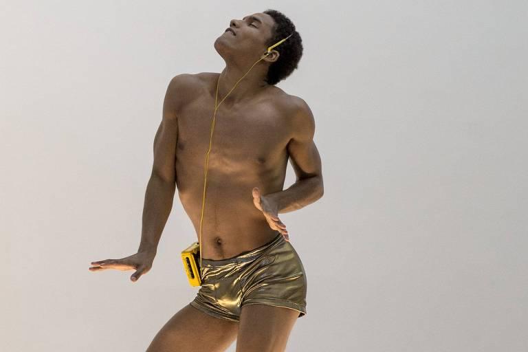 O artista Felix Gonzalez-Torres instalou uma plataforma em uma galeria de Nova York, sobre a qual go-go boys podiam se apresentar