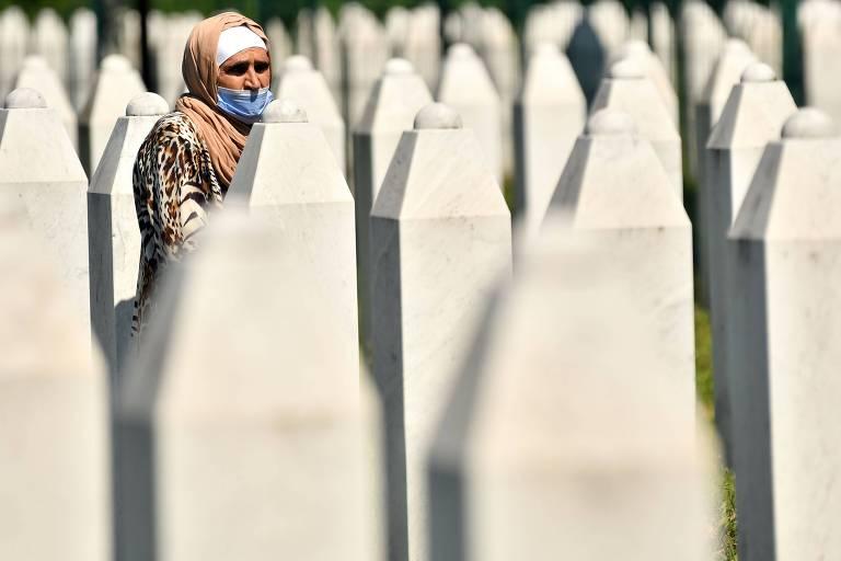 Sobrevivente do massacre de 1995 caminha pelo cemitério perto de Srebrenica onde estão enterrados quase 7.000 mortos