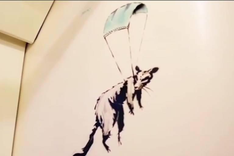Desenho de Banksy divulgado no Instagram do artista. Ilustração mostra rato voando em paraquedas feito de máscara