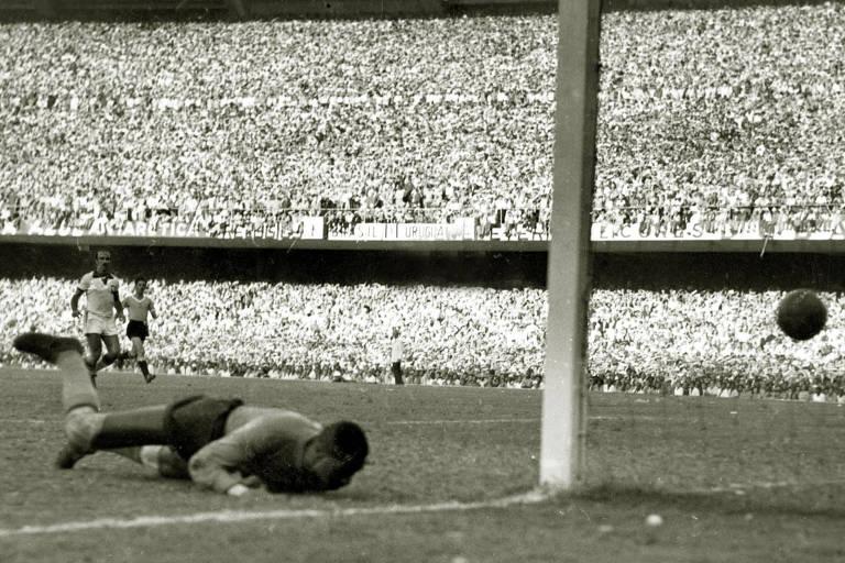 Barbosa cai e tenta evitar o gol de Ghiggia, o segundo do Uruguai no jogo final da Copa do Mundo de 1950